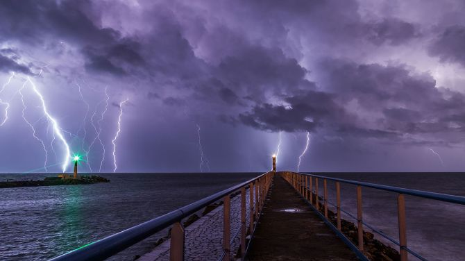 Port_and_lighthouse_overnight_storm_with_lightning_in_Port-la-Nouvelle