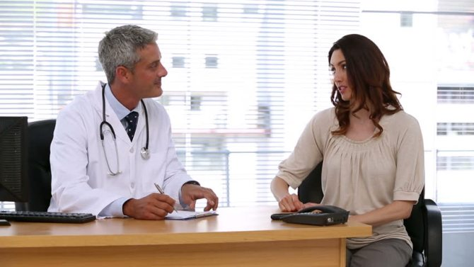 A_doctor_talking_with_a_patient